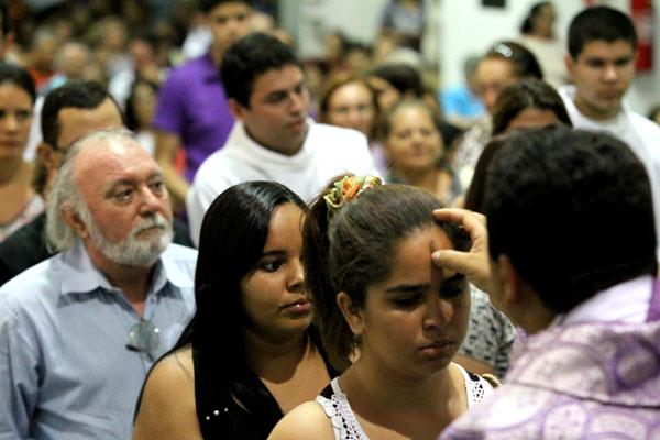 Cinzas: liturgia na Igreja N. Sra. da Apresentação marca início da Quaresma, que simboliza o arrependimento e a salvação