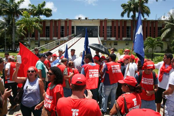 Servidores da educação realizam protesto em frente a governadoria nesta manhã