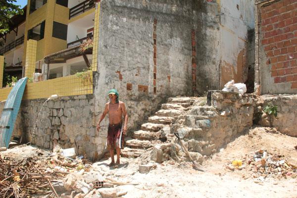Existem quatro escadarias de acesso público. Pelo estado deteriorado, uma delas foi apelidada pelos moradores como A Destruída