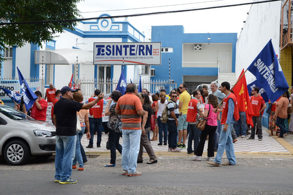Professores decidem manter greve por tempo indeterminado