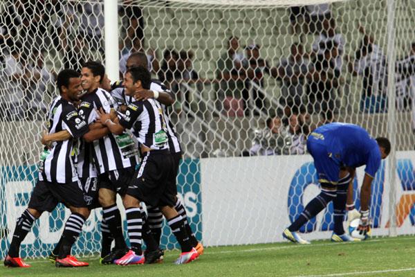 Jogadores do Ceará festejam o quarto gol na vitória contra o América na Arena Castelão, ontem pelas semifinais da Copa do Nordeste