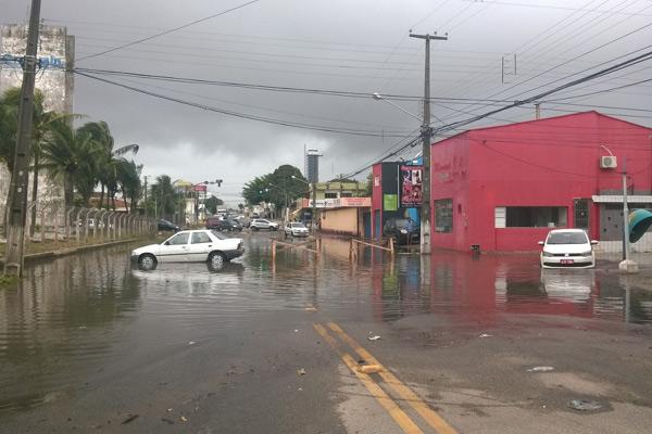 Motoristas arriscavam passar por região alagada pelas chuvas