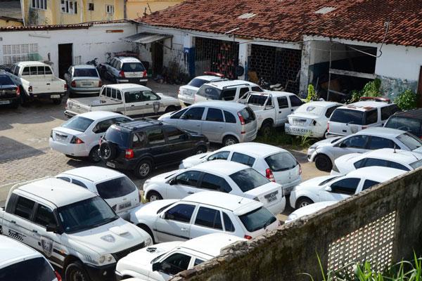Oficina da Polícia Civil recebe carros de todo o Estado. Ontem, 17 veículos estavam parados na área