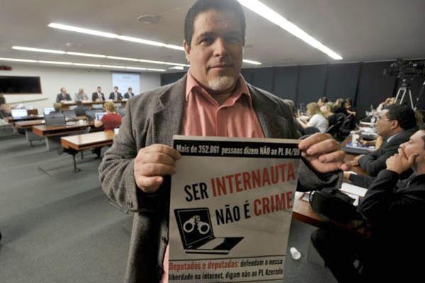 João Carlos Caribé é publicitário, pós-graduado em Mídias Digitais e atua como consultor e ativista pelos direitos e inclusão digital