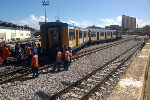 Trem descarrilou quando chegava à estação da Ribeira