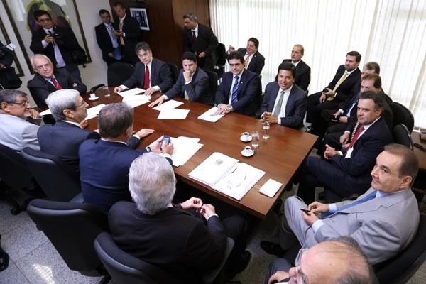 Agripino, Aécio, dissidentes do PMDB e parlamentares do PSB articulam CPI para investigar denúncia
