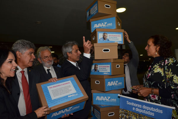 Deputados empilham caixas com mais de 340 mil assinaturas de internautas apoiando o projeto do Marco Civil votado na Câmara