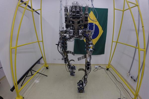 Veste robótica será usada por paciente paraplégico para dar o pontapé inicial da Copa do Mundo