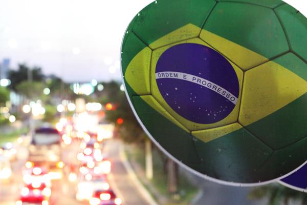 Bola de ferro com bandeira do Brasil foi instalada na BR-101