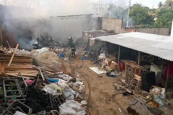 Incêndio atingiu fábrica de estofados, mas não houve vítimas; combate às chamas durou cerca de duas horas