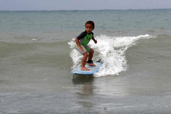 Com o incentivo dos pais, Victor Santos começou a surfar há seis meses. Nas praias que frequenta para praticar o esporte (Ponta Negra e Pipa) chama a atenção pela boa técnica com tão pouca idade