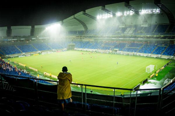 A Arena das Dunas apresentou problemas na cobertura que não suportou uma forte chuva, molhando boa parte dos torcedores e da imprensa no clássico de domingo