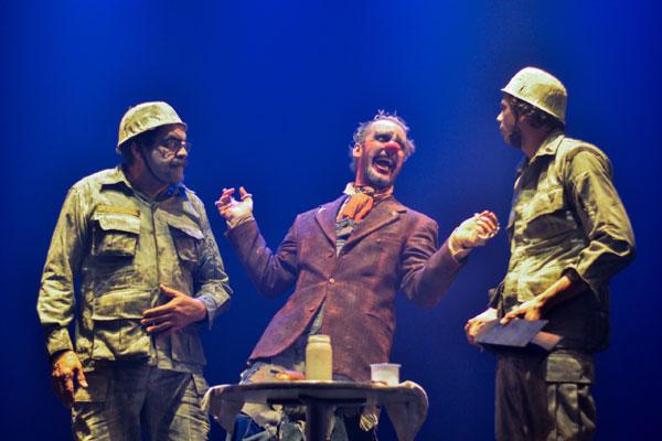 Guerra, Formigas e Palhaços: dois militares e um palhaço convivem numa guerra de metáforas
