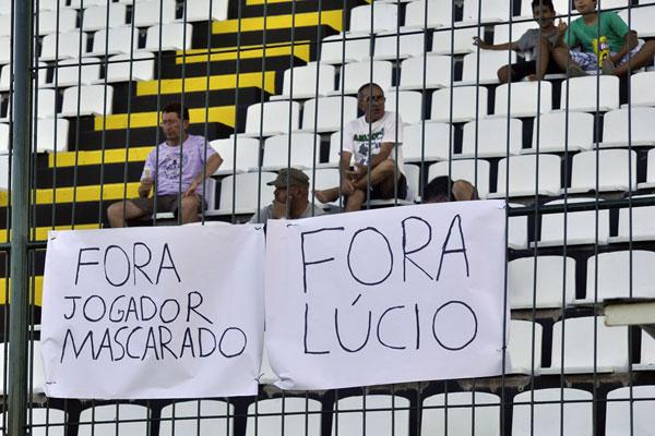 Torcedores do ABC protestaram contra a presença de Lúcio
