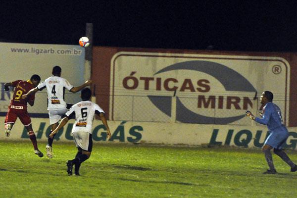 O atacante Max aproveitou o belo cruzamento de Arthur Maia e cabeçeou para marcar o segundo gol do América na partida