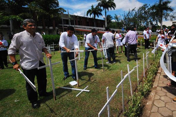Em frente à Governadoria, movimento cravou 468 cruzes brancas