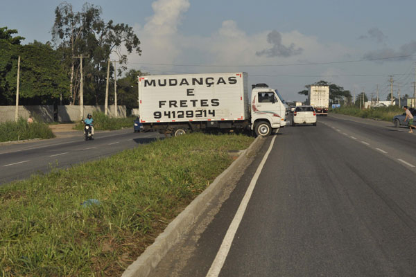 BR-304: motorista corta canteiro entre Parnamirim e Macaíba