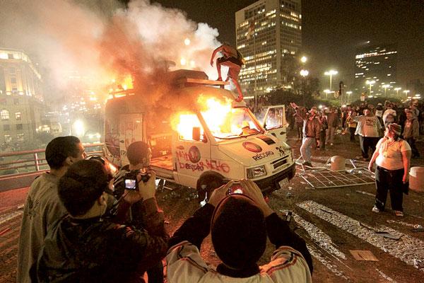 Veículos de emissoras de televisão foram destruídos
