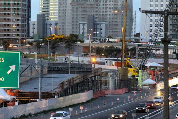 Construção de viaduto, na BR-101, tem investimento de R$ 37,6 milhões. Último levantamento aponta 53% da estrutura erguida