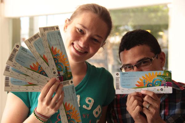 Primeiros a pegar as entradas para os jogos da Copa do Mundo, exibiram ingressos como troféus