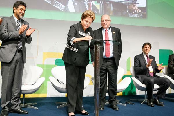 Dilma fez questão de sancionar simbolicamente a nova lei no palco do Net Mundial, em São Paulo