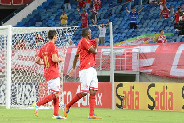 O atacante Isac, que entrou na etapa final, comemora o segundo gol americano com seu companheiro de ataque, Rodrigo Pimpão