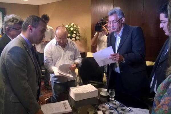 Coordenador do Marcco, Carlos José Cavalcante, entregou documentação aos deputados estaduais