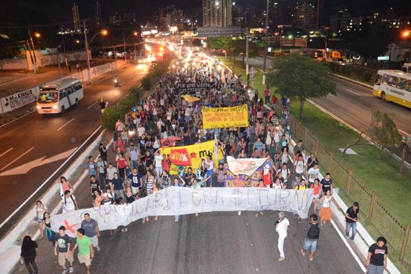"""Manifestação em favor da manutenção do """"circular do Campus"""" reuniu, na tarde de ontem, pelo menos 1.500 estudantes da UFRN"""