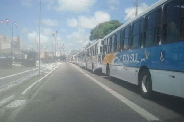 Pelo menos 25 veículos estão parados no local