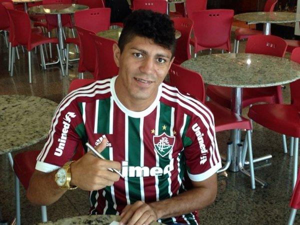 Volante Edson no momento da assinatura do contrato com o Fluminense