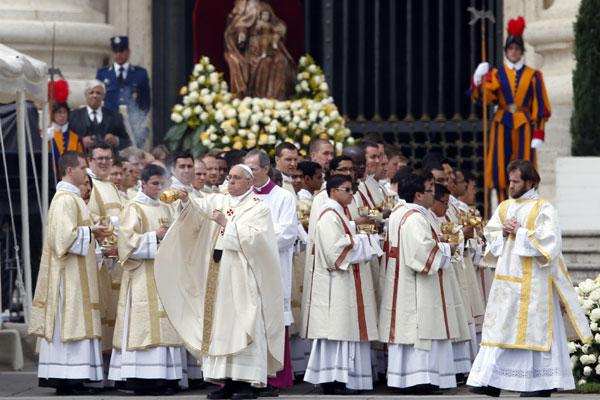 Uma multidão de fiéis acompanhou a cerimônia solene realizada pelo Papa Francisco