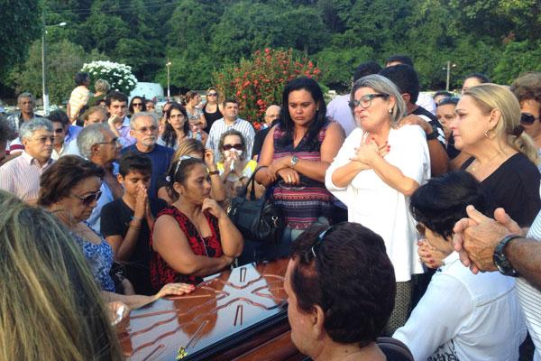 Enterro de Ilfran Araújo reúne centenas de pessoas no cemitério de Nova Descoberta
