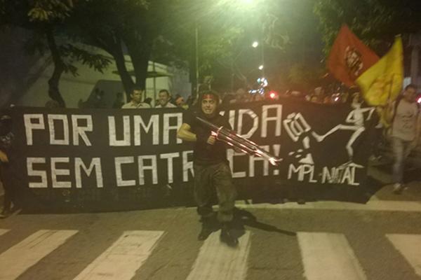 O grupo que já se encontrava no Baldo seguiu até a avenida Prudente de Morais e bloquearam as duas vias na altura da entrada para o viaduto do Baldo