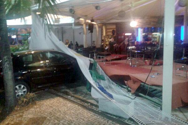 Veículo colidiu no palco onde estava acontecendo um show