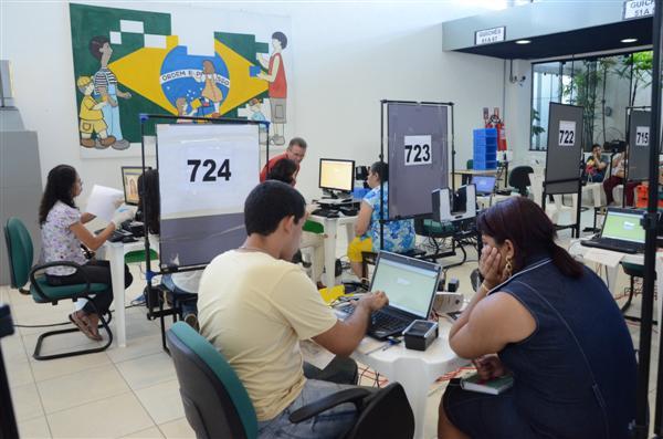 Eleitores fazem o recadastramento biométrico