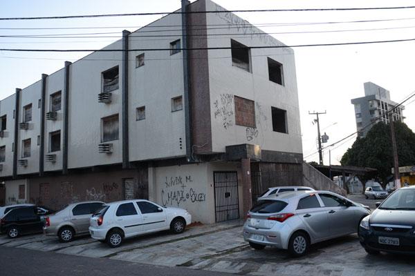 Sem ocupação adequada, o prédio virou alvo de vândalos e foi depredado, nos últimos  anos