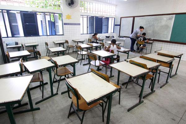 Isabel Gondim, nas Rocas, é uma das que será fechada pela Secretaria de Educação. Unidade tem 187 matriculados, mas a frequência diminuiu e salas estão esvaziadas