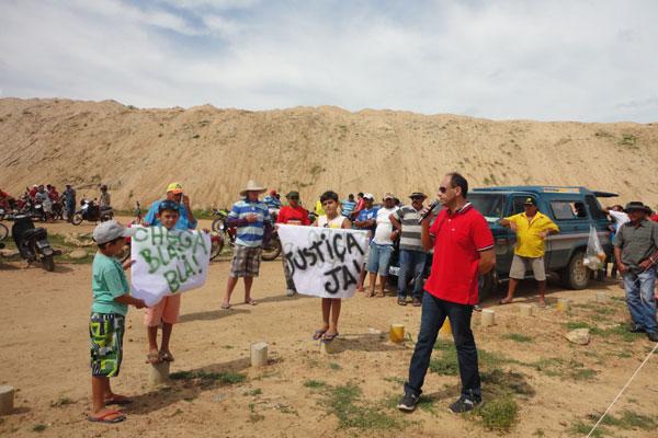Famílias ocuparam ontem o canteiro de obras da barragem, cobrando as desapropriações das áreas