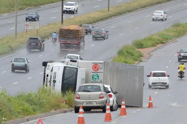 De acordo com a PRF, o motorista perdeu o controle do caminhão e colidiu no canteiro que separa a BR-101 de uma pista marginal da rodovia federal