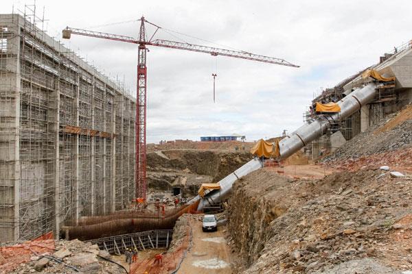 Operários trabalham na montagem da tubulação da estação de bombeamento de Cabrobó, a primeira no percurso da transposição