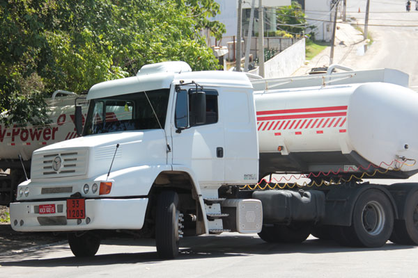 Carreta com 20 mil litros de gasolina parou em cima da calçada