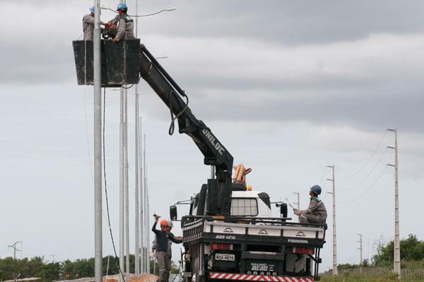 Implantação de postes no acesso norte do aeroporto: iluminação deverá ser entregue hoje