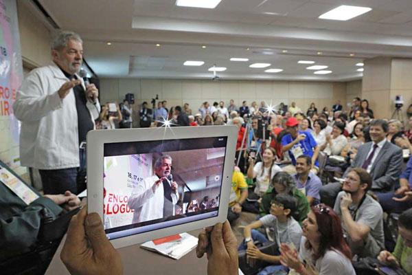 Ex-presidente Luiz Inácio Lula da Silva critica o noticiário político