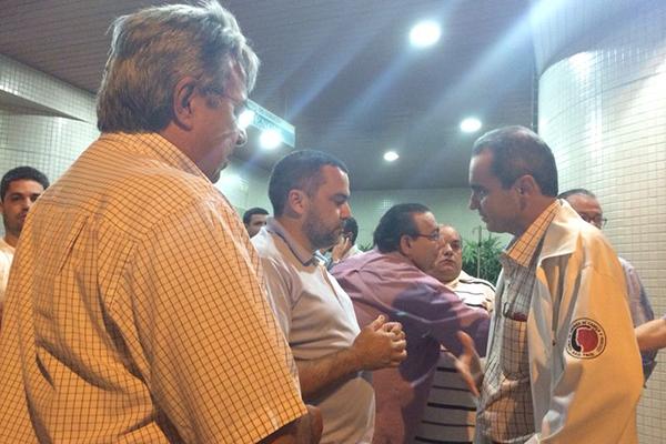 Irmão de Miguel Josino, Sebastião Leite conversa com o médico Fernando Pinto sobre a situação