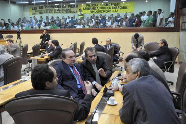 Deputados conversam sobre votação do projeto de lei no plenário da Assembleia Legislativa
