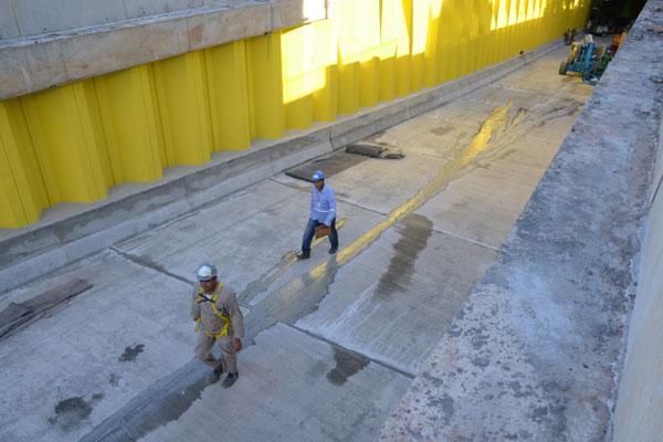 Trabalhadores fazem concretagem do piso e pintura do túnel da Romualdo que dá acesso à BR-101