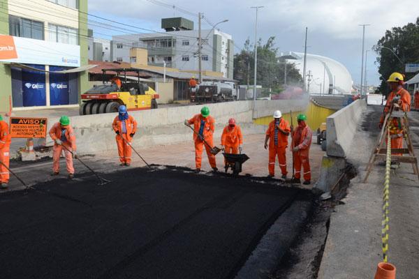 Com a concretagem praticamente pronta, operários iniciaram a aplicação do asfalto no túnel