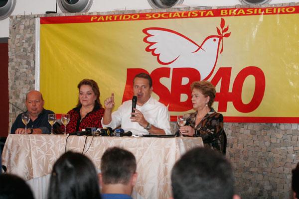 Eduardo Campos concede entrevista ao lado de Iberê Fereira, Sandra Rosado e Wilma Faria