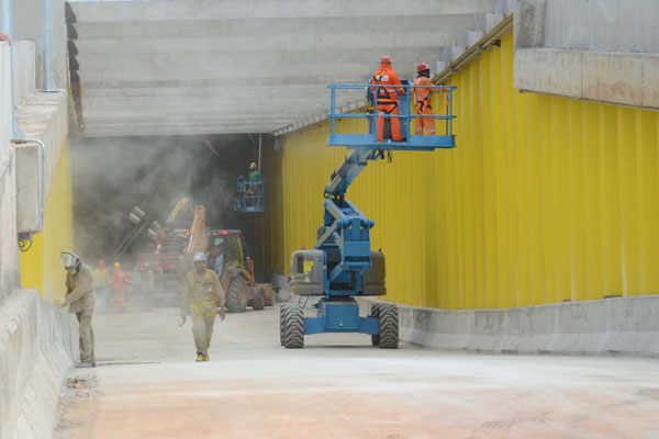 Ontem, operários finalizavam obras no túnel da Romualdo Galvão