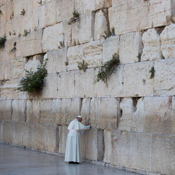 Depois de orar no Muro das Lamentações, em Jerusalém, Francisco deixa numa das fendas, texto do Pai Nosso escrito em espanhol
